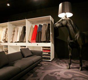 lampa koń w salonie