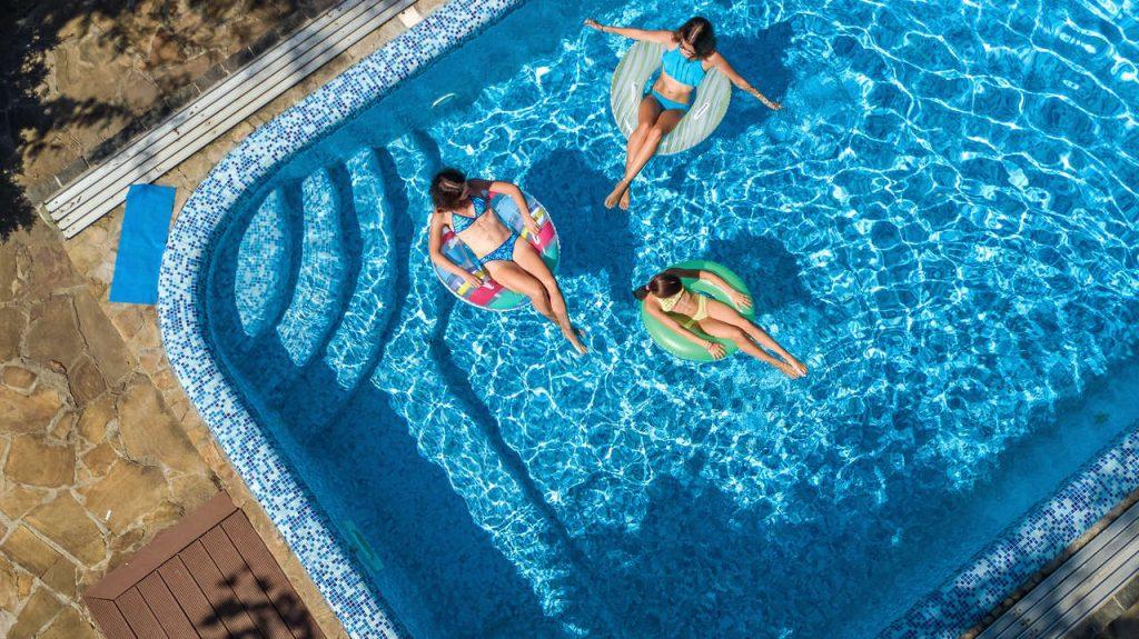 kobiety pływające w basenie