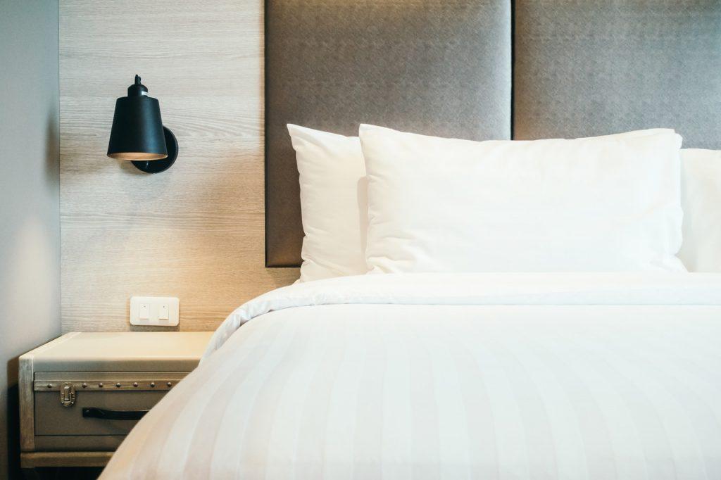 panele skórzane w sypialni na ścianie