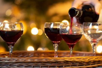 czerwone wino nalewane do kieliszków
