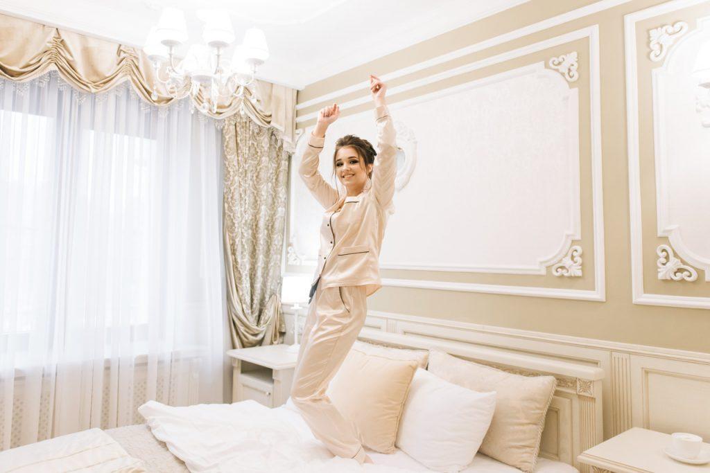 kobieta w sypialni w odcieniach beżu