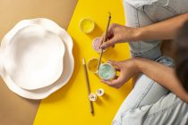 projektantka wazonów maluje
