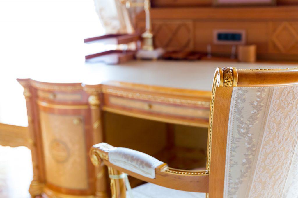 biurko i krzesło w stylu klasycznym