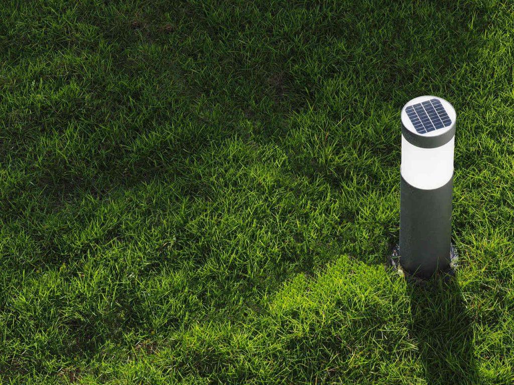 lampa ogrodowa na trawie