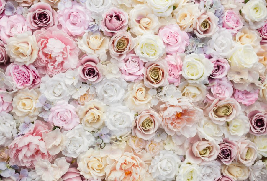 Ściana z kwiatów. Pomysł na aranżację salonu lub sypialni