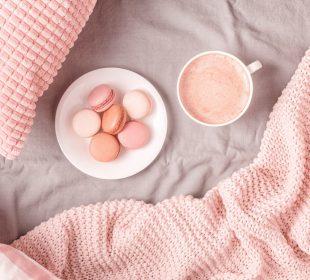 różowe łóżko