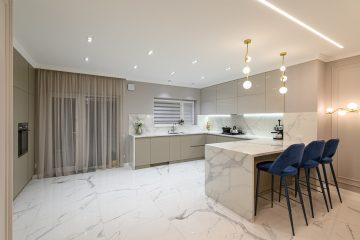 kuchnia z marmurową podłogą