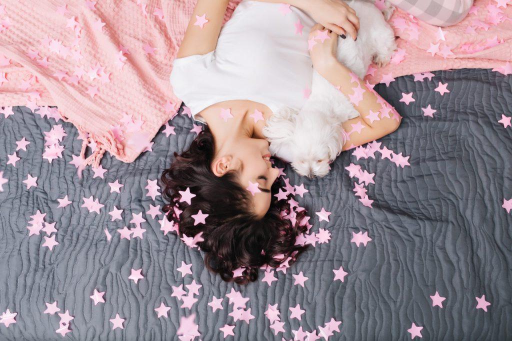 kobieta z psem na łóżku