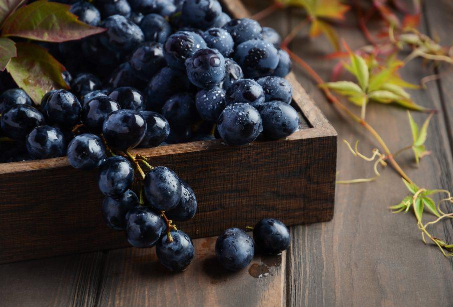 drewniana taca z winogronem
