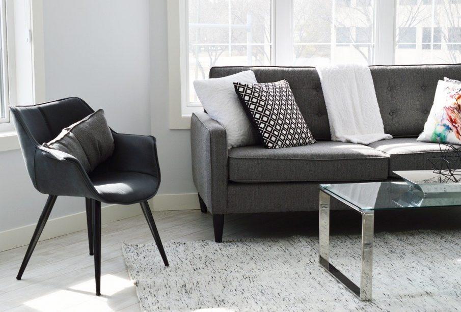 sofa i krzesło w salonie