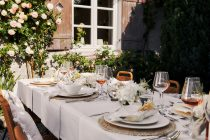 aranżacja stołu na przyjęcie w ogrodzie