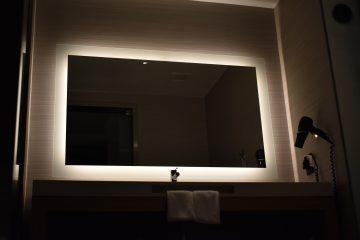 lustro z oświetleniem